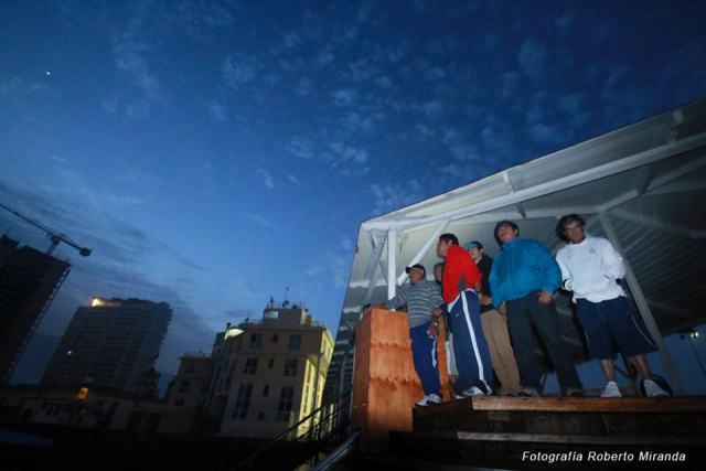 Los pescadores de la caleta Riquelme observan los daños en su entorno.