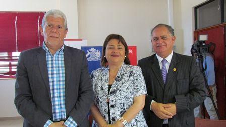 Pedro Cisternas, Presidente Regional del Colegio de Profesores; Mariela Basualto, Seremi de Desarrollo Social y Francisco Prieto, Seremi de Educación.