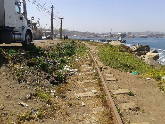 Por aquí pasó el tren a Cartagena. Hoy solo que una vía junto a un basural (Foto enero2015).