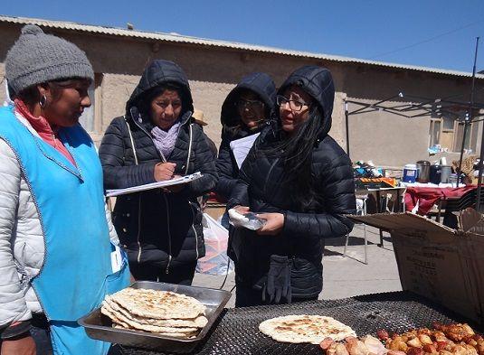 No importa el frío o la altura, sino apoyar: Municipio de Colchane fiscaliza y educa a los comerciantes de la Feria Pisiga Carpa