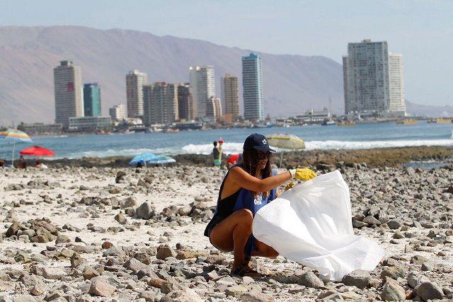 Lo + visto: ¿Tan cochinos somos? Más de 400 kilos de microplástico se recogieron en playa Cavancha