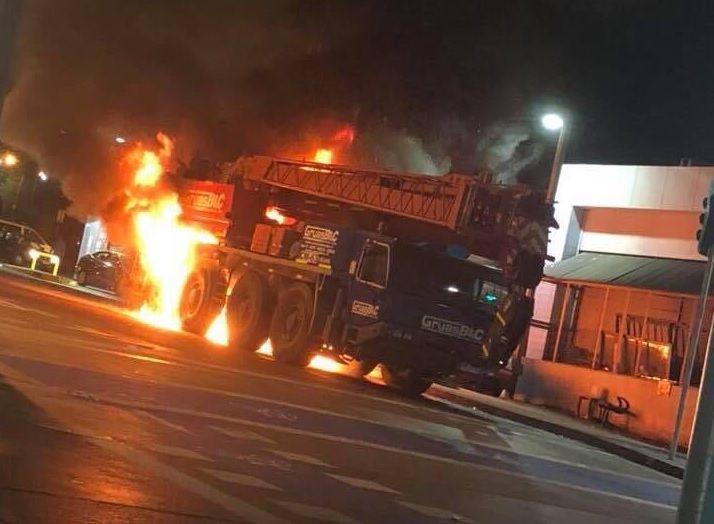 VIDEO | 23:10 horas de ayer: Explosión de camión grúa en O´Higgins frente Servicentro
