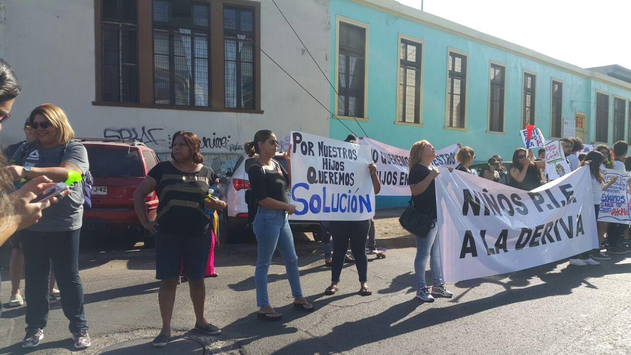 Padres y alumnos manchan a seremi de Educación para exigir que autoridad se coloque las pilas con el conflicto profesores y colegio Unap