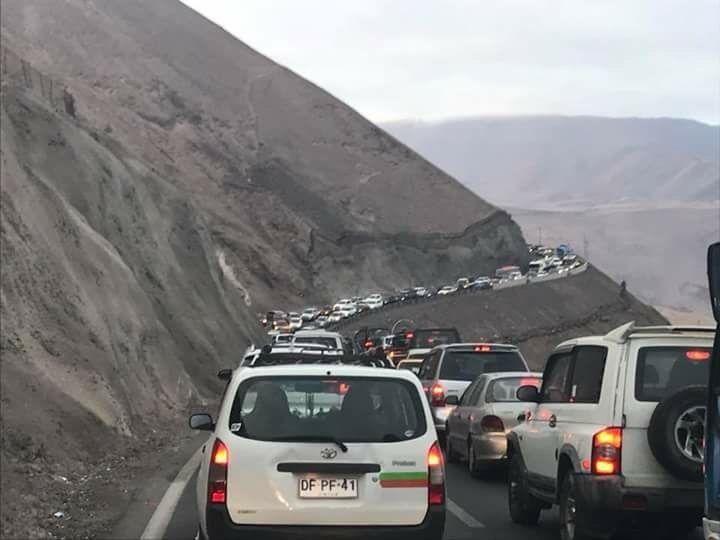 AYER|Media cagaita en la ruta Iquique-Alto Hospicio: Taco kilométrico, redes sociales estrillan al MOP, Transportes y la Concesionaria