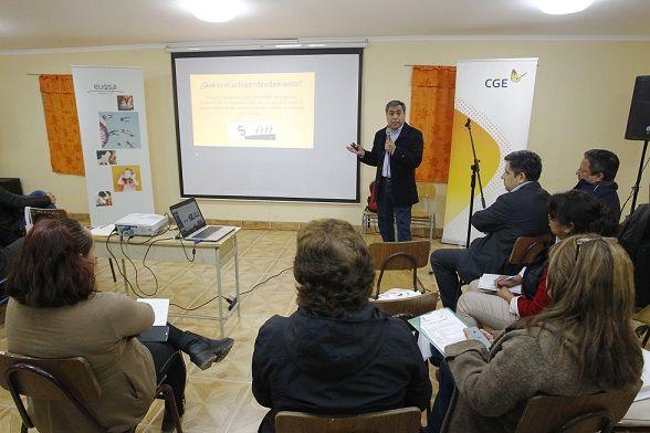 Vecinos de Alto Hospicio aprendieron de educación financiera en taller de capacitación ofrecido por CGE